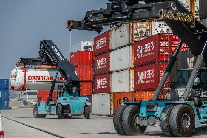 Gert Slager is van Port of Moerdijk en Gerard de Groot van rederij A2B Online. Over het project walstroom voor containerschepen. Dat reduceert uitstoot co2, stikstof en geluid en is wellicht goedkoper. Onderzoek daarnaar loopt. Duurzaamheid zit ook in het reduceren van het wegvervoer, en containers op treinen te plaatsen.