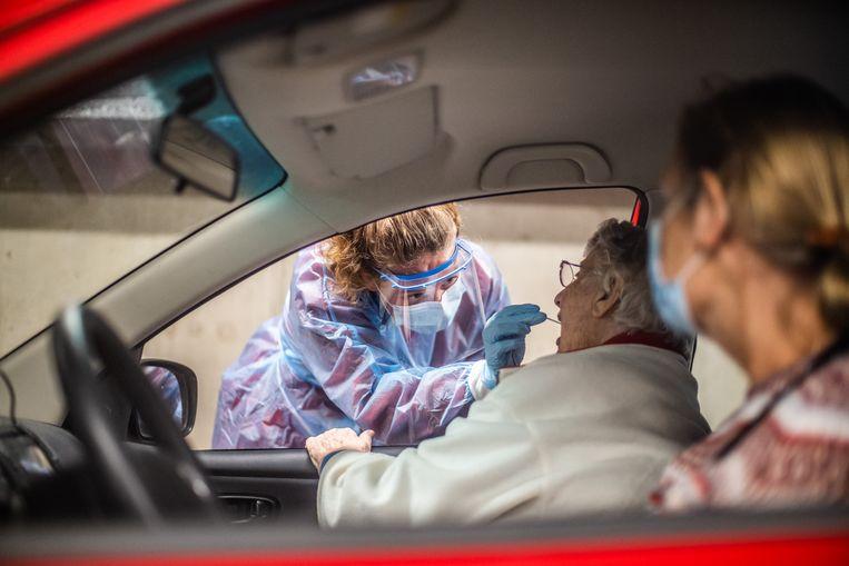 Gemiddeld aantal besmettingen op hoogste niveau sinds midden december, ziekenhuisopnames dalen - De Morgen