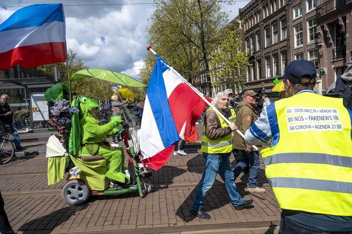 Actiegroep Nederland in Verzet tijdens een vrijheidsmars door het centrum van Amsterdam. Deelnemers aan de mars uitten hun onvrede over de coronamaatregelen. Deze groep laat zich moeilijk overtuigen om een coronavaccin te nemen.