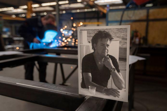 De overlijdenskaart van Henri Barendsen staat ter herinnering nog in het pand. Op de achtergrond chef werkplaats Arjen Berenpas aan het werk.