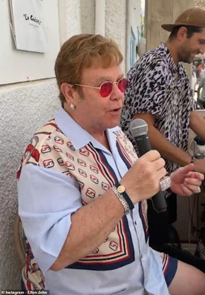 Elton John dans un restaurant de Cannes.