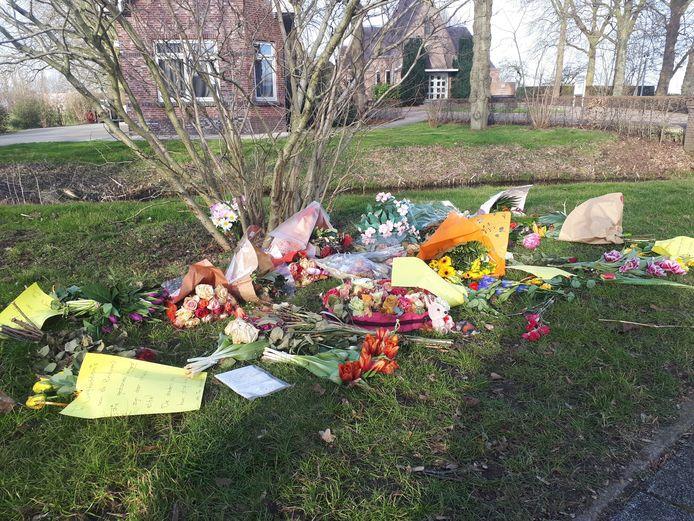 De bloemen en briefjes op een grasveld voor begraafplaats Vredehof in Bodegraven.