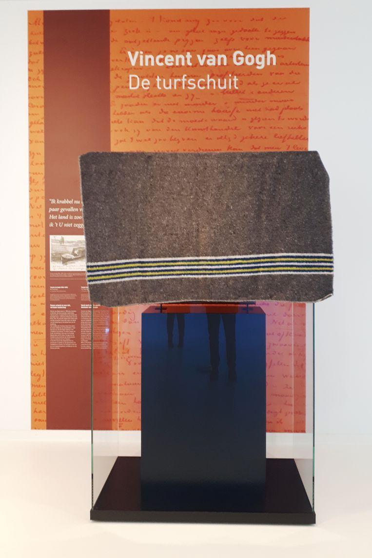 De Turfschuit van Vincent van Gogh, afgedekt, in het Drents Museum in Assen. Beeld Emiel Hakkenes