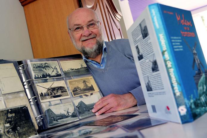 John Verpaalen met boek over windmolens in Ieper tijdens Tweede Wereldoorlog