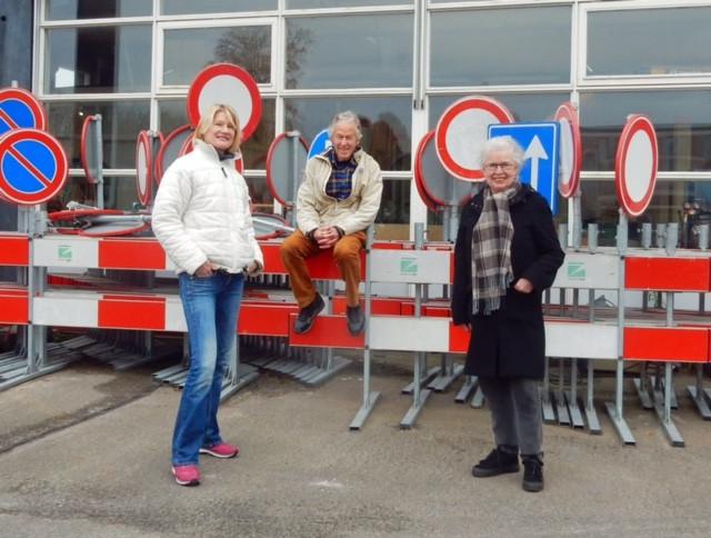 Petra Wristers, Frans van Schaik en Toke Hol van de werkgroep Knarrenhof Zeist op de gemeentewerf, waarop in de toekomst huizen worden gebouwd.
