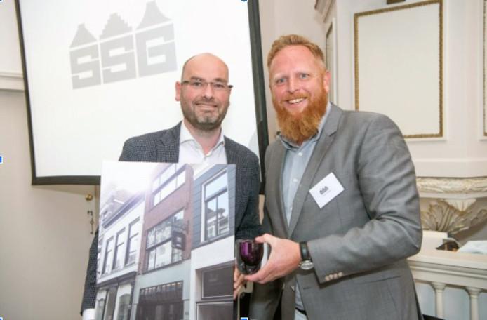 Martin Klop (links) neemt, mede name Bert Roubos,  de prijs in ontvangst voor het gerestaureerde pand op de Langendijk.