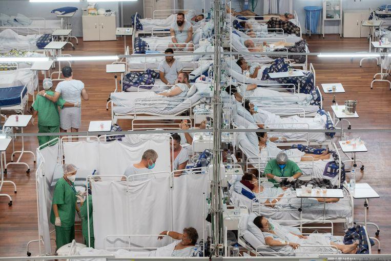 Coronapatiënten in een tijdelijk ziekenhuis bij São Paulo. Beeld AP