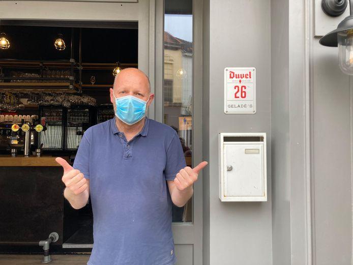 Uitbater David Geladé van Café@Geladé ziet de klanten maar al te graag komen.