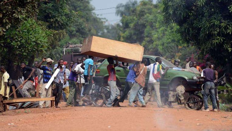 Gebruikmakend van de chaos sloegen her en der mensen in Bangui aan het plunderen.