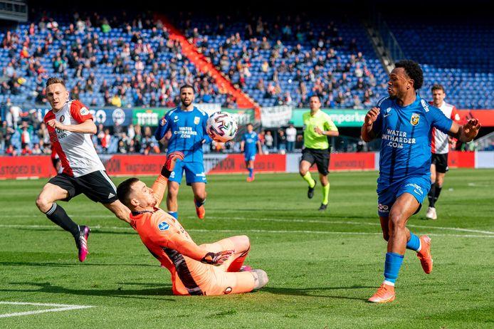 Loïs Openda ziet zijn stiftbal gestopt door Feyenoord-keeper Justin Bijlow.