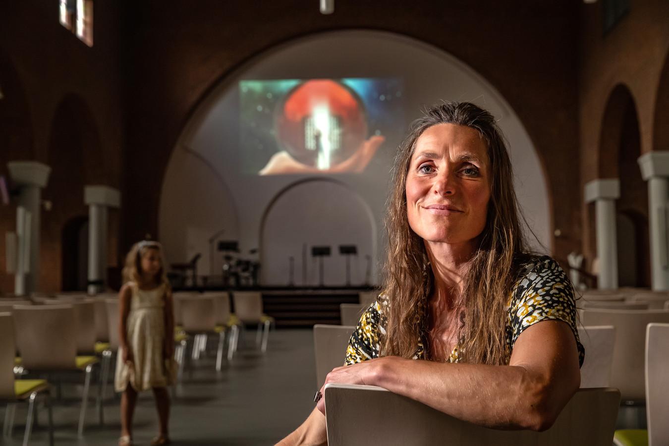 Judith de Rijk is trots op het eindresultaat van de 'troostfilm' 'Heb het leven lief'. De film werd zaterdag en zondag in de Koningskerk in Deventer getoond. Ook haar dochter Daphne (op de achtergrond) is mee om de film te bekijken.