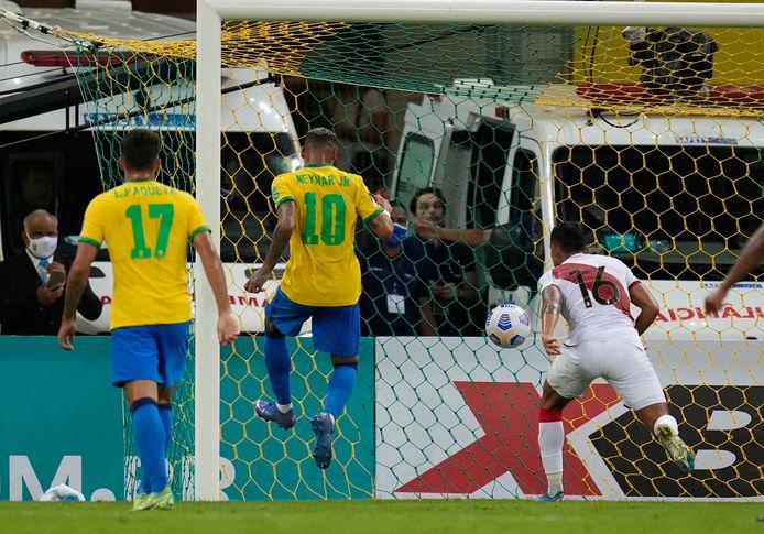 Neymar tekent voor de 2-0 tegen Peru.