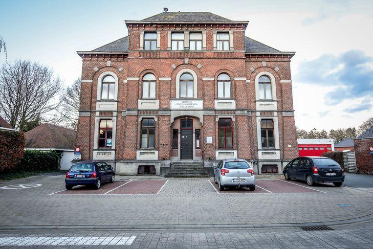 De oude rijkswachtkazerne dateert van 1893 en is beschermd erfgoed.