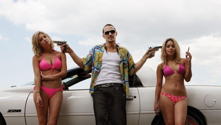 James Franco tussen Ashley Benson (links) en Vanessa Hudgens in de film Spring Breakers Beeld