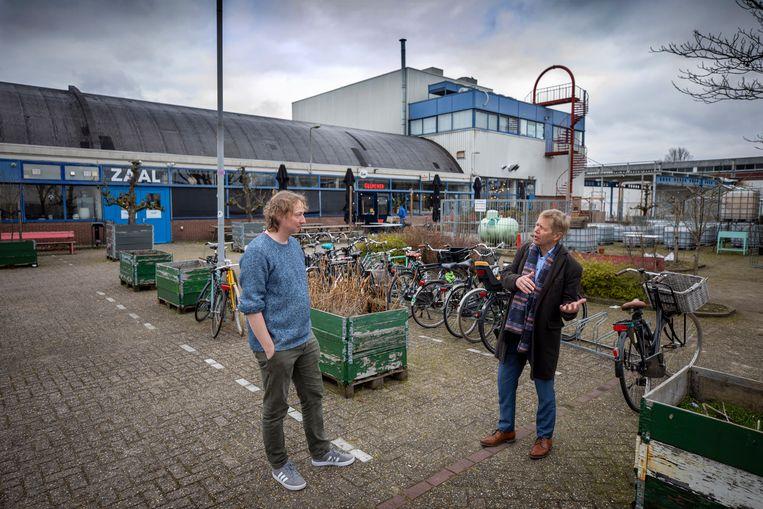 GroenLinks-wethouder Kees Diepeveen in gesprek met Jeroen Andriessen, zakelijk coördinator van de Vechtclub. Het gebouw blijft staan, ook als er straks allemaal nieuwe woningen in de wijk staan. Beeld Werry Crone