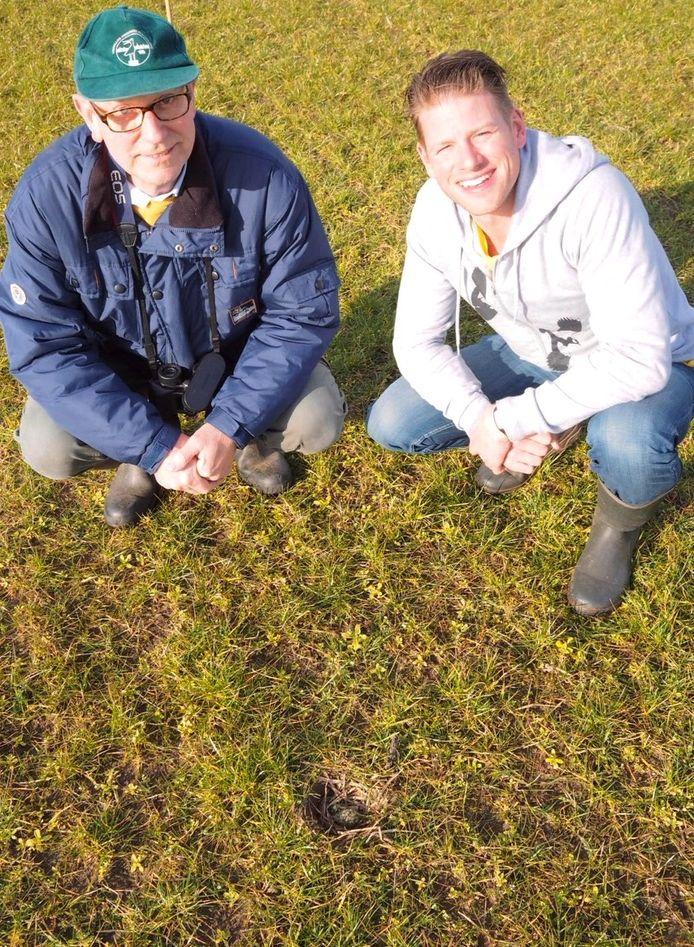 Het eerste kievitsei in Brabant werd gevonden door Henk Steenbakkers (links). Jochem Sloothaak (rechts) controleerde het ei op echtheid namens Brabants Landschap.