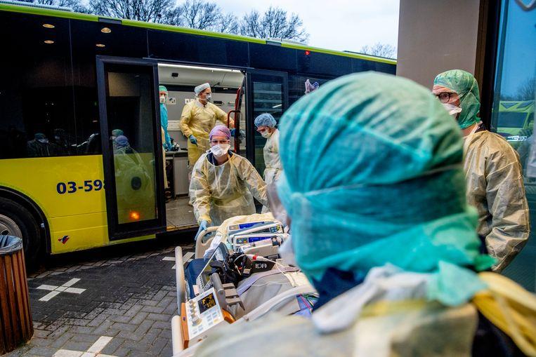 Coronapatiënten worden van het Amphia Ziekenhuis in Breda vervoerd naar ic's in ziekenhuizen buiten Brabant.  Beeld ANP/Robin Utrecht