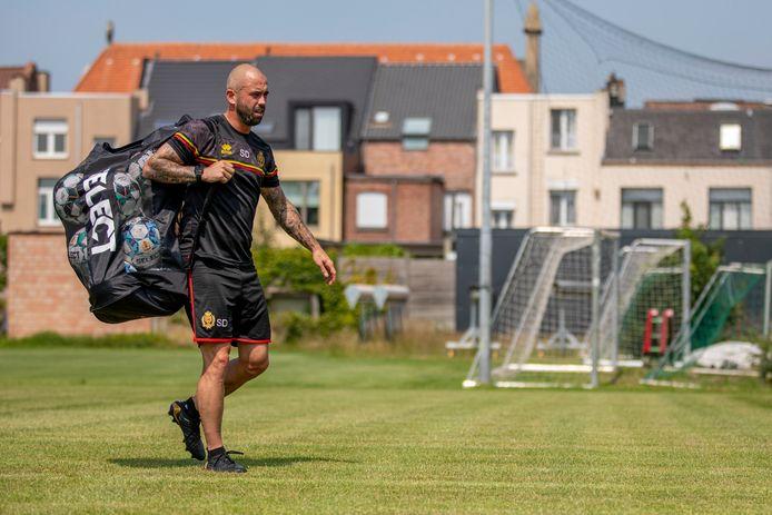Steven Defour in zijn nieuwe leven als assistent-trainer bij KV Mechelen.