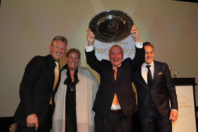 Frank van Wezel met de kampioensschaal van Feyenoord, met links van hem zijn echtgenote Caroline en zijn idool Dirk Kuyt. Rechts Feyenoord-middenvelder Jens Toornstra.