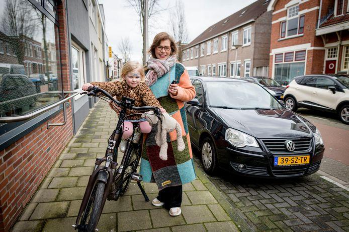 De auto staat voor de deur, maar Susan van Hoof mag er al een half jaar niet in rijden. Het CBR slaagt er niet in haar rijbewijs te verlengen. Dan maar met de geleende e-bike van haar moeder op pad.