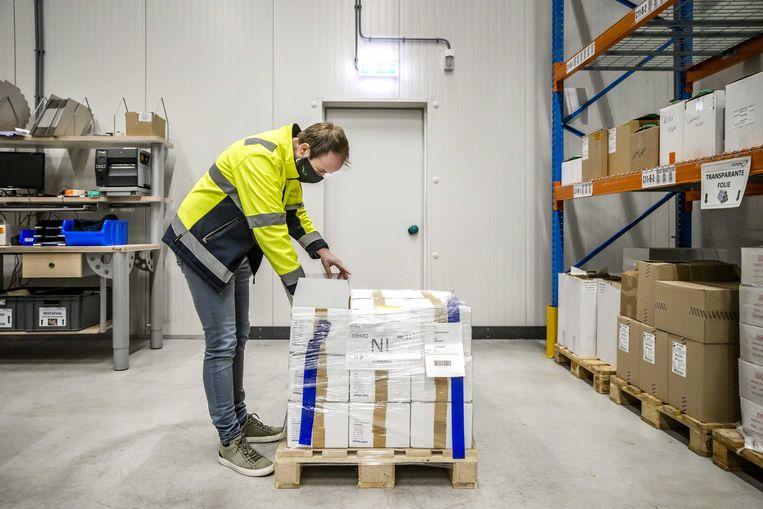 Bij het bedrijf Movianto in Oss worden de Nederlandse coronavaccins opgeslagen. Beeld EPA
