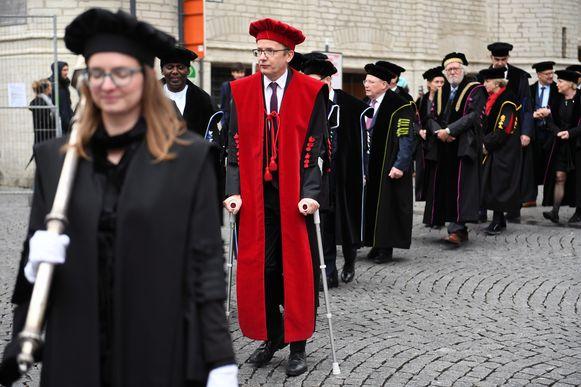 Rector Luc Sels nam dit jaar op krukken deel aan de stoet van de togati in Leuven.