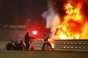 Romain Grosjean komt tevoorschijn uit de vuurzee na een crash tijdens de start van de F1 in Bahrein.