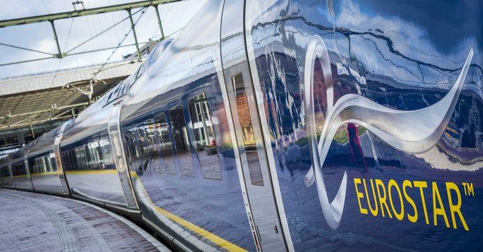 De Eurostar - die 320 kilometer per uur kan, maar niet harder mag dan 300 - vertrekt zo voor het eerst in een rechtstreekse rit van Londen naar Rotterdam.