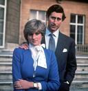 Prins Charles en Diana bij de aankondiging van hun verloving in 1981. Twee maanden voor hun huwelijk schonk de prins de Ford Escort aan zijn verloofde.