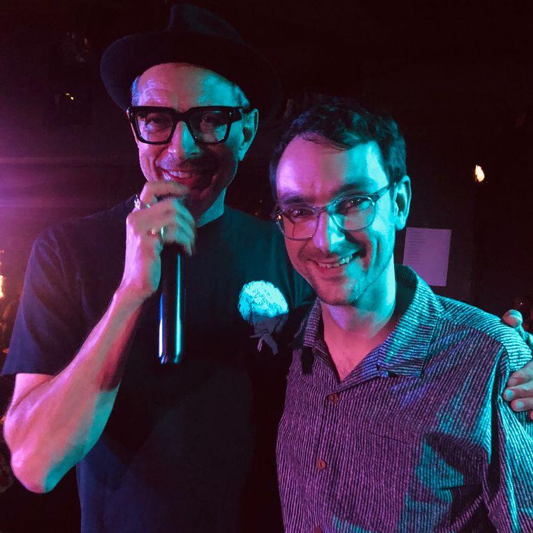 Jeff Goldblum vraagt iemand uit het publiek om op het podium een foto te maken, samen met onze redacteur. Beeld Robin Broos