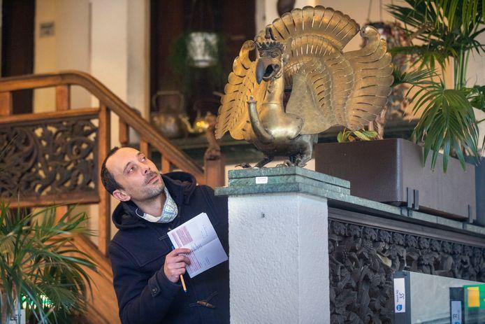 Lex van Tilborg, curator van het Haags Historisch Museum tijdens de kijkdag bij Garoeda op zoek naar tastbare herinneringen aan het cultureel erfgoed dat Garoeda vertegenwoordigt.