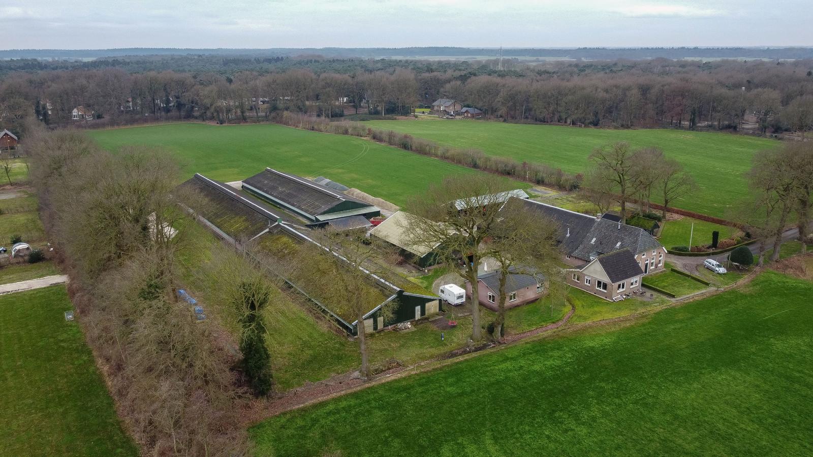Woningbouw op de plek van dit pluimveebedrijf in IJhorst kan, wat de Raad van State betreft, doorgaan. Later dit jaar volgt nog wel een bodemzaak.