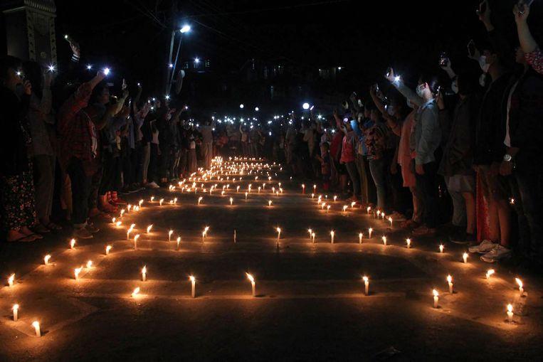 Demonstranten hielden een manifestatie met kaarslichtjes op zondag 11 april. Beeld AFP