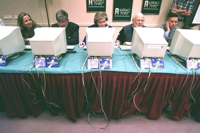 Europarlementariërs Lousewies van der Laan, Hans Blokland, Hanja Maij-Weggen, Erik Meijer en Jan Kees Wiebenga proberen de StemWijzer uit in aanloop naar de Europese Parlementsverkiezingen in 1999.  Beeld Hollandse Hoogte /  ANP