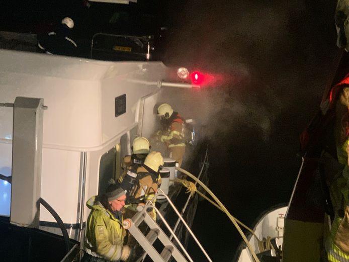 Op een binnenvaartschip dat onderweg was naar Werkendam is brand uitgebroken. Het schip voer op dat moment in de buurt van Willemstad.
