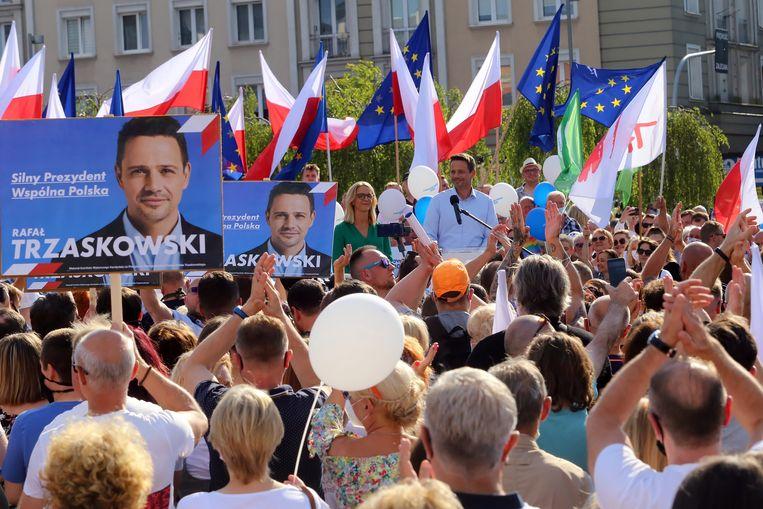 Rafal Trzaskowski, de rivaal van de zittende president Duda, voert campagne. Beeld EPA