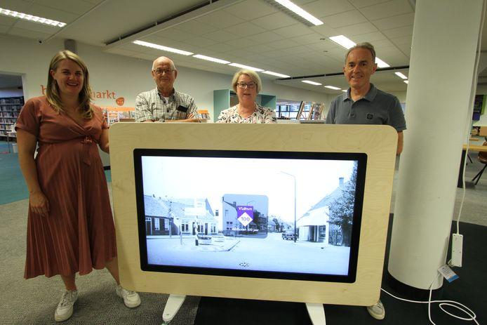 De museumtafel die gisteren werd gepresenteerd in Bibliotheek Veldhoven. Van links naar rechts: Imke Duijf, Jac van Lieshout, Anja Camps en John de Lange.