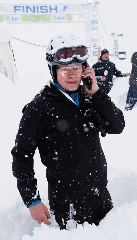 Hendrik-Jan van den Bogaart, bestuurslid van de Alternatieve Elfstedentocht, aan de telefoon nadat de tocht op de Weissensee in Oostenrijk is afgelast vanwege een enorme hoeveelheid sneeuwval. Beeld anp