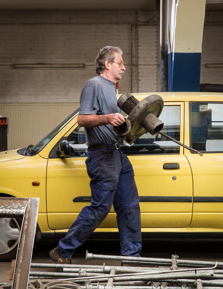 John Lucke in zijn garage Beeld Dingena Mol