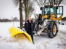 Loonwerker Guus uit Vollenhove slaapt niet, maar schuift sneeuw en strooit zout