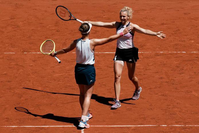Barbora Krejcikova (l) en Katerina Siniakova vieren de zege.