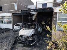 Huizen vol rook door brandende auto's onder carport in 's Heerenberg: politie vermoedt brandstichting