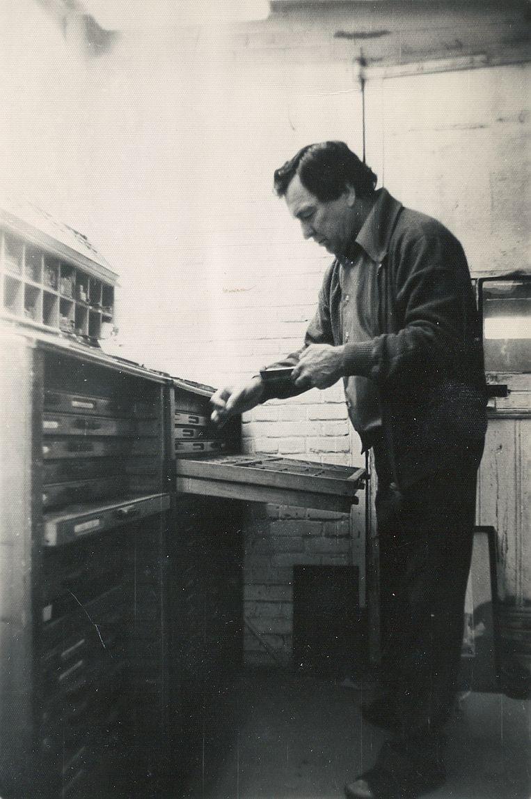 Ad Hoogendoorn zette na de oorlog de drukkerij voort. Beeld Illustratie uit boek