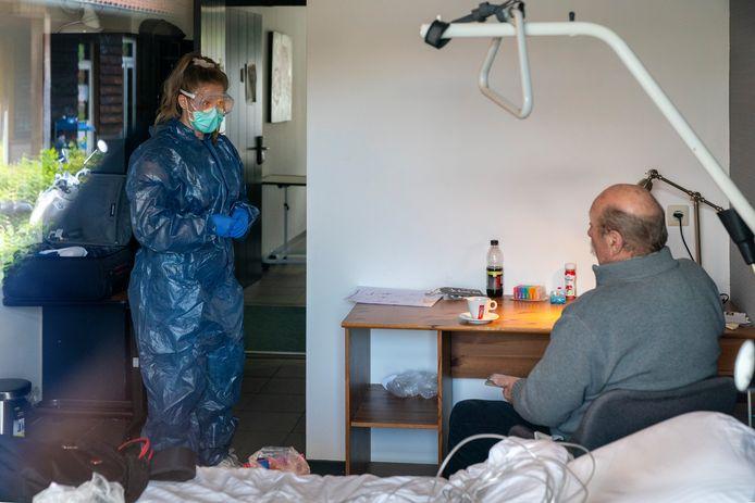 Henk Voermans (73) uit Boxtel is klaar om naar huis te gaan. Hij heeft bijna twee weken doorgebracht in het coronazorgcentrum in hotel De Kruishoeve in Vught.