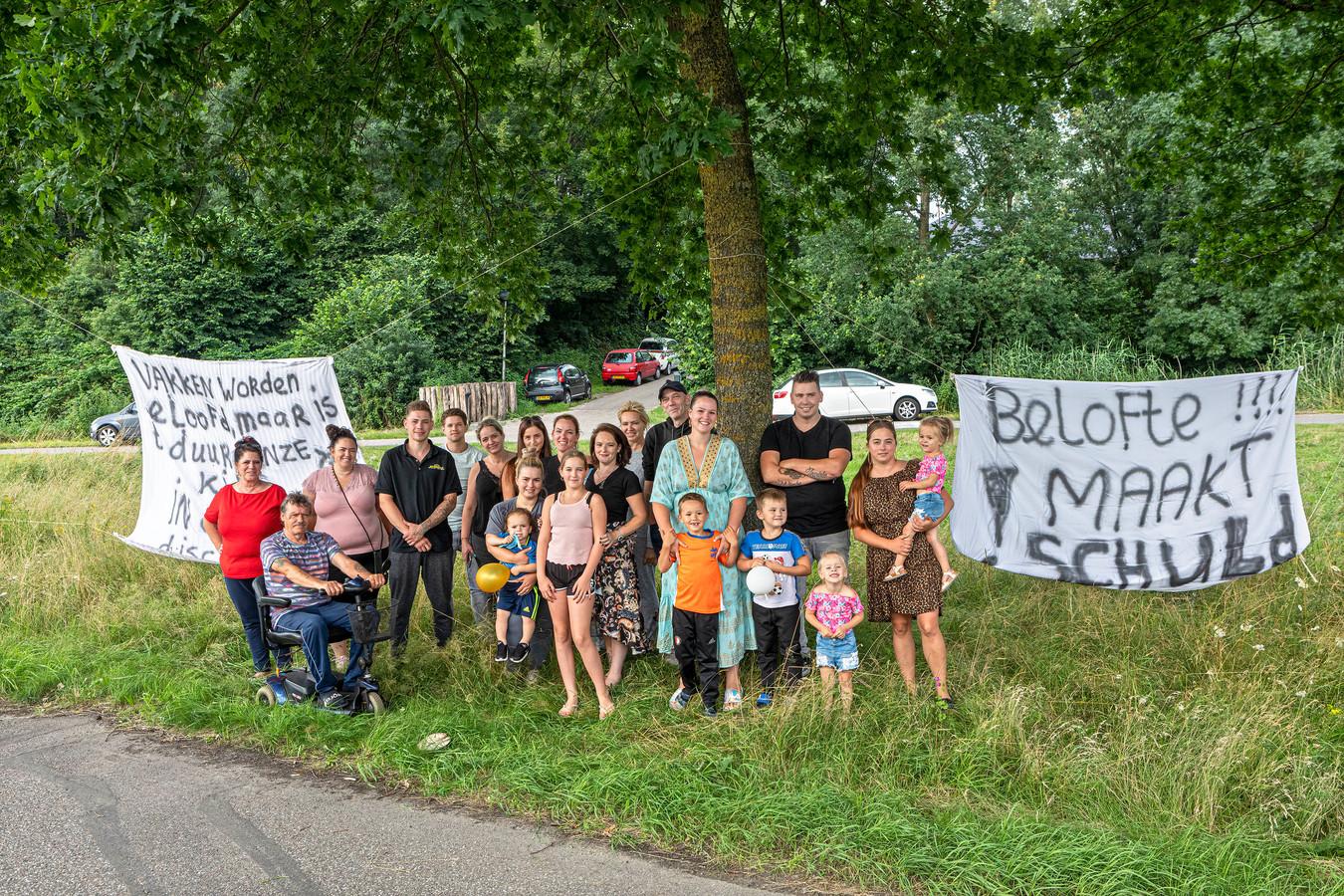 De woonwagenbewoners van de Tuinbouwweg in Made vragen met spandoeken om aandacht voor hun schrijnende situatie.