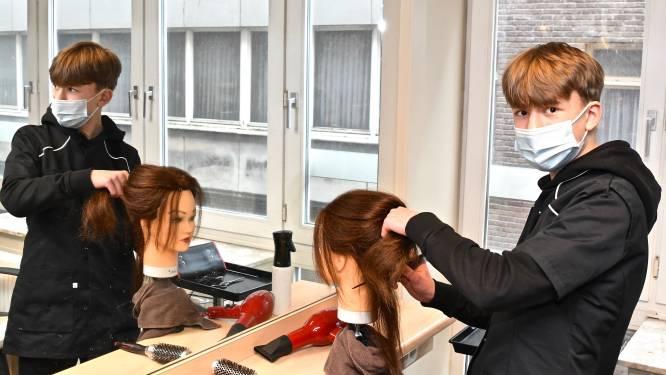 """Leerlingen van kappersschool mogen weer oefenen op klanten: """"Hele uitdaging om vak te leren aan computerscherm"""""""