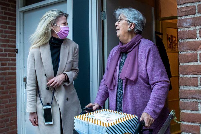 Michele Blom(48), vrijwilligster van de Stichting Met je Hart, komt bij mevrouw Jongerius uit Overvecht een doos bezorgen met een maaltijd van BUNK.