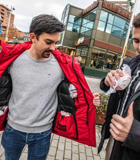 The Burger Jacket beschermt acht hamburgers tegen de kou: 'De vetste jas  van het winterseizoen'