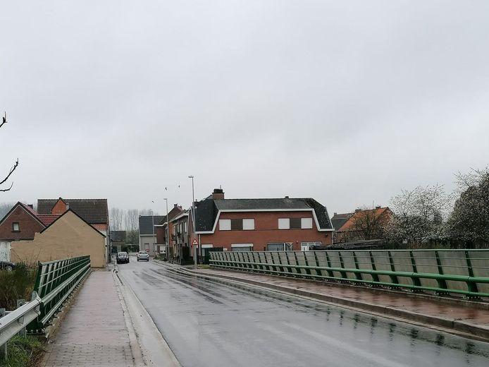 Het ongeval gebeurde net voorbij de spoorwegbrug in Strijmeers in Vlierzele.