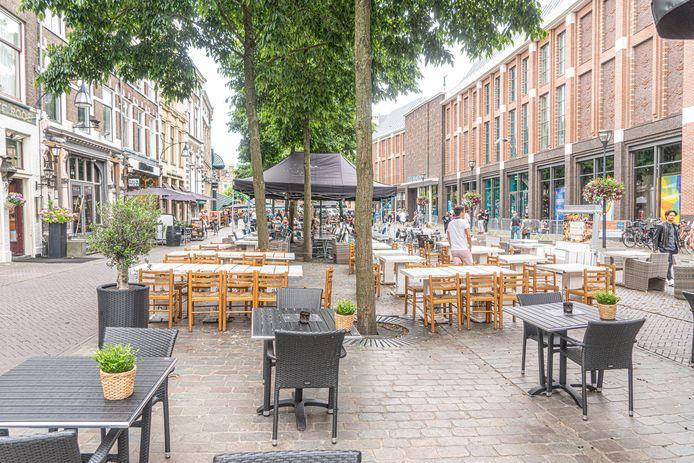 Vanaf volgende week woensdag zijn de terrassen weer open. In de Zwolse binnenstad bereiden horecabazen zich hier op voor en de eerste reserveringen stroomden al binnen.